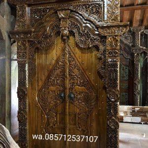 Gapura-ukir-pintu-motif-relief-wayang-killir